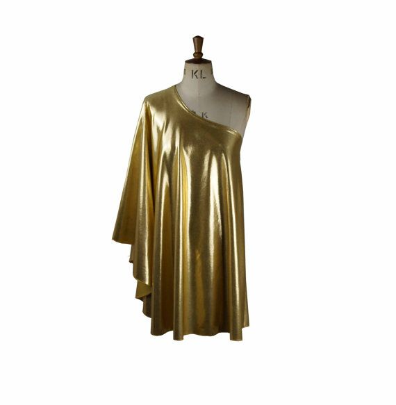 Cette liste est pour un fabuleux Studio 54 robe en Lamé or!  Très bel article!!  Très flatteur sur!!  Joli tissu lourd, tombé... Parfait pour les festivals et les fêtes!!  Tirer sur le style, très détendu et très flatteur :)  Très 70 s chic!!  Pense que Bianca Jagger... Talons vertigineux, accessoires minimales et fantastique composent!! :)  XS-6-8 S - 8-10 M - 10-12 L - 14-16 XL-16-18 XXL-18-20  La robe est denviron 35 pouces de lépaule  Ajoutez-nous sur facebook.com/baylisandknight…