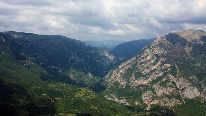Tara River Canyon (Muntenegru)  20 de poze deosebite cu canioane, adevarate sculpturi ale naturii - galerie foto.  Vezi mai multe poze pe www.ghiduri-turistice.info  Sursa : www.wikimedia.org