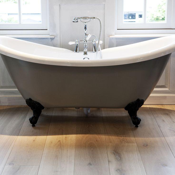 Een echt houten vloer in de badkamer en een klassiek bad op pootjes. Mooie sfeer en uitstraling! Wie wil dat nou niet?