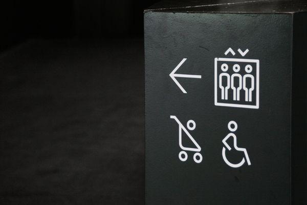Signage for Natural Sciense Museum of Barcelona. Black & white scheme, minimalist design.