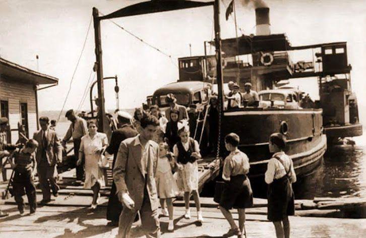 Dünyanın ilk araba vapuru Suhulet Üsküdar İskelesi'nde yolcularını indiriyor..1940 yılı