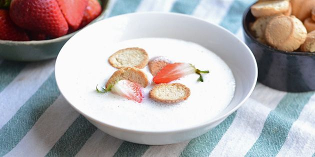 Dejlig koldskål med en skøn smag af vanilje. Serveret med friske jordbær og knasende kammerjunkere er det indbegrebet af sommer.