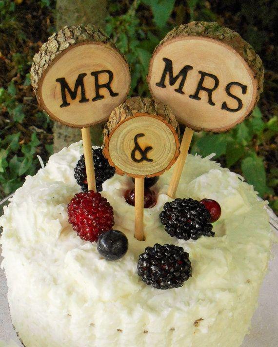 Rustique Wedding Cake Topper, MR et MRS, tranche de gâteau arbre.  Ce gâteau de mariage rustique a été coupé de la récupération des arbres et de branches d'arbres dans les forêts de l'Alabama du Nord à la main. Chaque gâteau bois rustique comprend 3 tranches de bois à la main brûlée avec des chevilles inclus. Mes tranches sont fabriqués sur commande.  * Le diamètre de la MR et MRS est environ 2 à 2,5 pouces par tranche de bois. Le & tranche est juste un peu peu plus petit.  * Majuscules et…