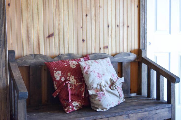 lambris pin rouge noueux huilé couleur naturelle et moulure en pin rouge huilé couleur chêne foncé