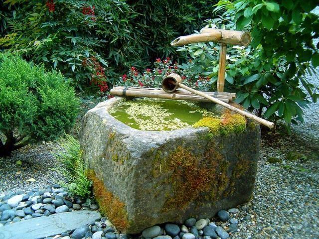idée déco avec une fontaine en bambou pour le jardin