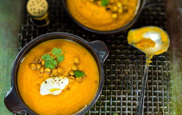 Porkkana-kikhernekeitto on helppo kasvissosekeitto, josta pannulla paahdetut kikherneet tekevät ruokaisan.