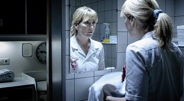 Skutečný příběh zdravotní sestry Lucie De Berkové, který se odehrál na začátku 21. století, se stal předlohou k tomuto psychologickému thrilleru. Čtyřicetiletá hlavní hrdinka v něm čelí obvinění ze spáchání sedmi vražd.Zdravotní sestra Lucie De…
