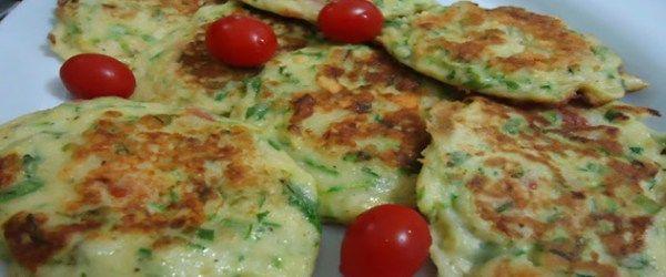 Panqueca de Abobrinha - 4 a 5 abobrinhas raladas no ralo grosso, sal, 4 ovos, 1 alho picadinho, 1\2 xíc. farinha de trigo, 3 col. de queijo ralado, 1 cebola picada. Coloque a abobrinha na peneira e tempere. Coloque um peso por cima e deixe desidratar uns 15 min. Bata os ovos c/ o alho e junte a farinha, o queijo, a cebola e a abobrinha. Frite em frigideira antiaderente levemente untada. Deixe tostar de cada lado. Sirva c/ recheio de queijo, creme de ricota ou meia cura bem misturadinhos