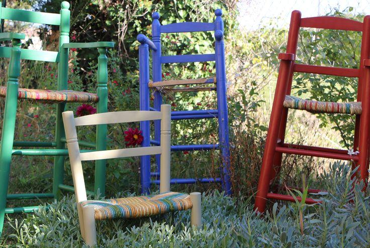 Chaises hautes dépareillées peintes et rempaillées.