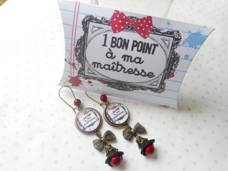 """Boucles d'oreille vintage cabochon verre """"un bon point à ma maitresse"""" + boite cadeau """"merci maitresse"""" blanc, noir, : Boucles d'oreille par miss-coopecoll"""