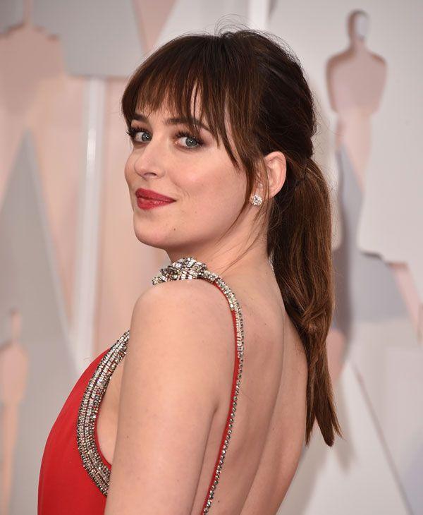 Dakota Johnson de 50 shades of Grey (en español: 50 sombras de Grey), una de las actrices mejor valorada de los Oscars por su estilismo. Optó por coleta y maxiflequillo