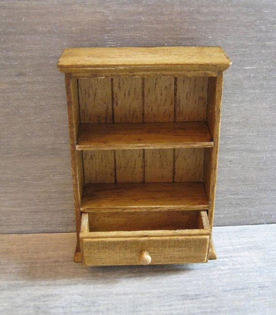 Este estante de la pared tiene un cajón con una perilla de madera torneada. La plataforma ha sido terminado de utilizar un barniz roble y, finalmente, una capa de cera para muebles claros. Medidas: 64mm (2 1/2 pulgadas) de alto x 45mm (1 3/4 pulgadas) de ancho x 17mm (11/16 de pulgada) de profundidad. El artículo será publicado por el correo real seguimiento y firmado.