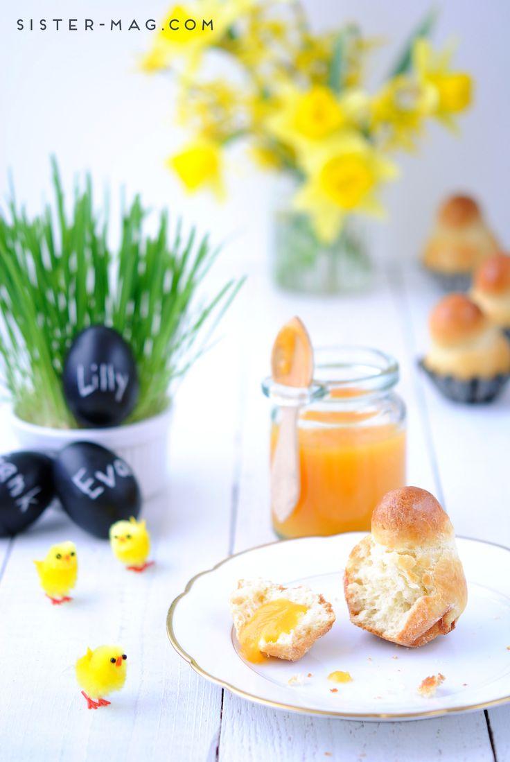 Aprikosen-Brioches und Tafel-Eier, selbstgezogenes Ostergras.
