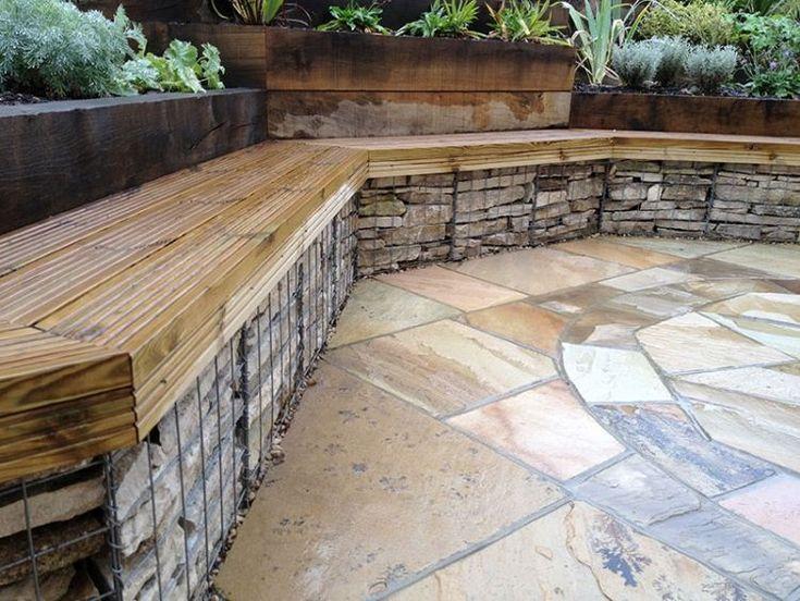 jardin en pente avec muret en gabion couvert de bois comme banc