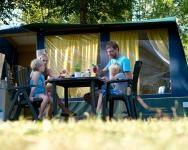 De ruime Tentsetters bungalowtent biedt plaats voor 6 personen en is uitgerust met een comfortabele tuinset en een luxe keuken.