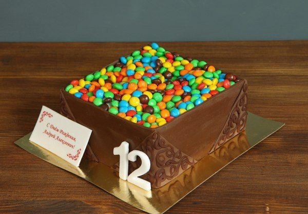 """Торт """"Коробочка M&M's""""  Шоколадная коробочка любимых конфет M&M's на день рождения - отличный подарок для детей и взрослых, которые любят сладкое.  Красочный #тортнапраздник на заказ в кондитерской Абелло от 2-х кг всего за 1950₽/кг.  Менеджеры #абелло готовы помочь с выбором красивого и качественного десерта по любому поводу по единому номеру: +7(495)565-3838 Телефон/WhatsApp/Viber.Наш сайт с примерами работ www.abello.ru #abello #abelloru #тортназаказ #тортыназаказ #тортназаказмосква…"""