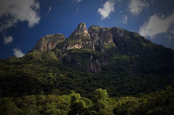 Montanhismo no Pico Abrolhos (1.200 metros),  Parque Marumbi, Paraná. Calango Expedições   Montanhismo no Marumbi e Vôo Panorâmico na Serra do Mar