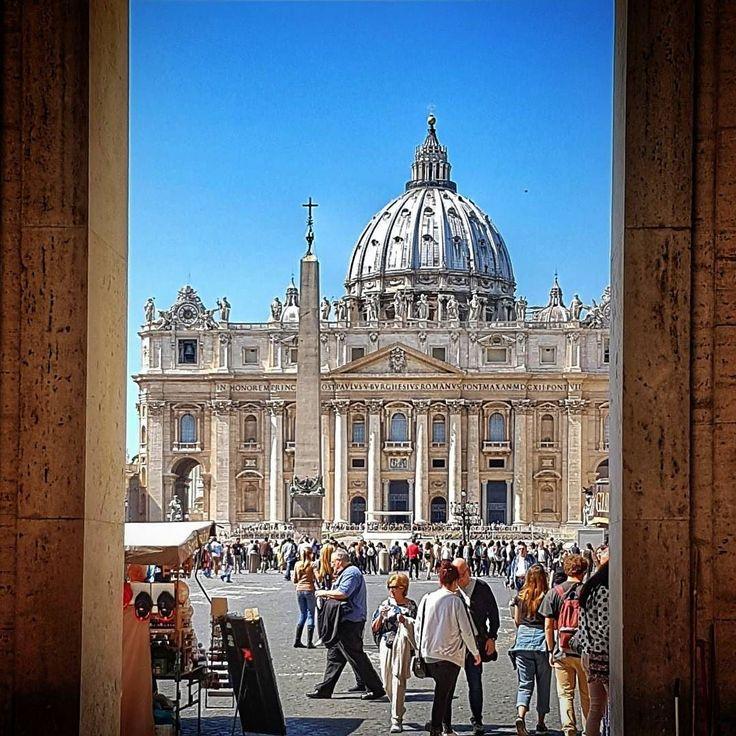 A Basílica São Pedro ou Basilica San Pietro é uma beleza! Lembrem-se que o melhor horario para visitá-la é no finalzinho da tarde! . Lembre-se que nós fazemos o seu roteiro personalizado em Roma organizamos o seu transfer do/para o aeroporto e também sua hospedagem! info@emroma.com . Veja mais no Snapchat Em_Roma #Roma #europe #instatravel #eurotrip #italia #italy #rome #trip #travelling #snapchat #emroma #viagem #dicas #ferias #dicasdeviagem #brasileirospelomundo #viajandopelomundo…