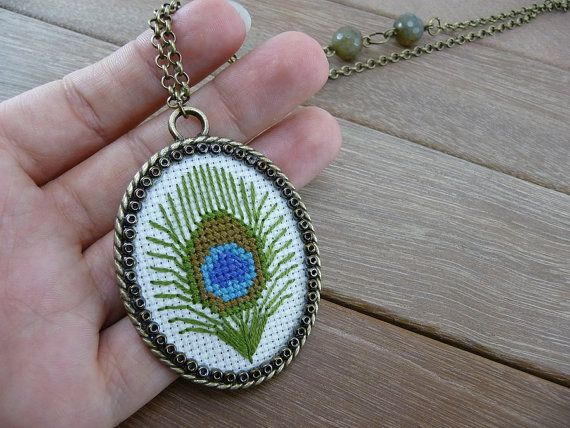 Peacock feather cross stitch necklace - Vintage style fabric pendant - Embroidery - Antique bronze tone chain. (NE-004)
