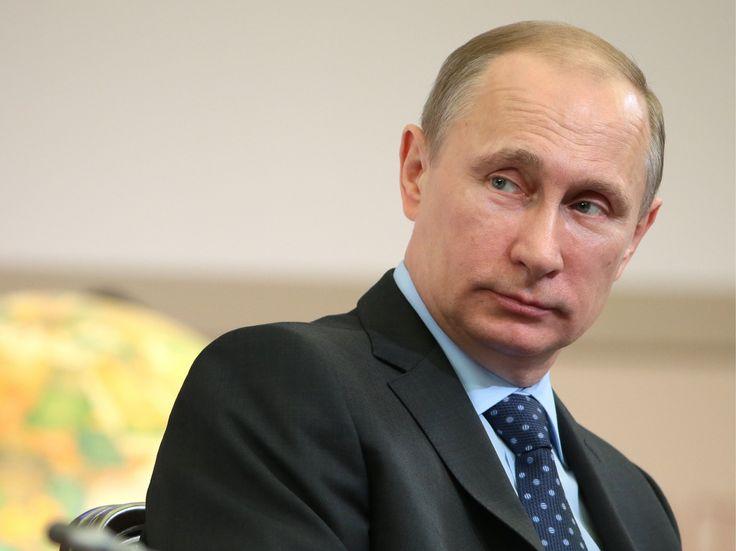 """Putin ha influenzato l'esito delle presidenziali americane? Le accuse rivolte al Cremlino in merito alla vicenda della violazione degli account mail dei membri del Partito Democratico, sono state smentite dai vertici di governo, definendole """"senza fondamento"""" #puti #trump #usa #russia"""
