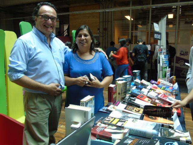 Rodrigo Ávila y Claudia Escobar en exposición de Biblioteca.
