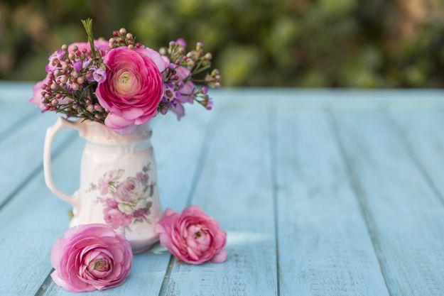 Cena da mola com vaso e flores em tons de rosa Foto gratuita