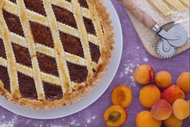 La crostata con confettura di albicocche è la torta classica per antonomasia , un dolce gustoso e soprattutto semplice da realizzare.