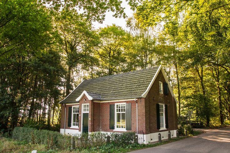 Wat een bijzonder vakantiehuis is dit! Een oude school, helemaal vrijstaand en met een eigen privé bos. Een huis met een hele knusse sfeer, geschikt voor maximaal 6 personen. Aan …