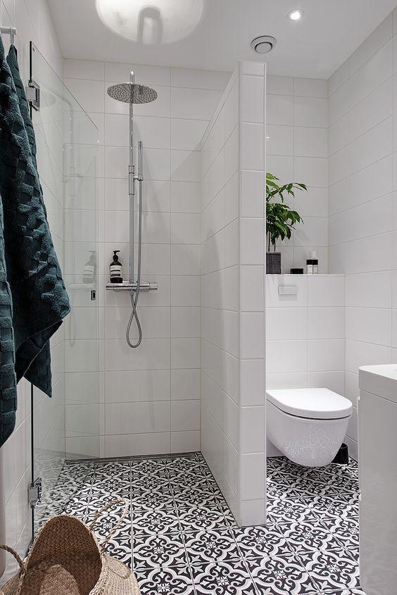 """Jag har snöat in mig lite på detta. Vad tycker nI? Även F tycker att det är sjukt snyggt och känns praktiskt. Man bygger ut en liten """"vägg"""" mellan duschen och resten av badrummet och så sätter man en glasdörr för det hela. Tänk vilken mysig liten duschhörna man får då!? Älskar det! Har ni"""