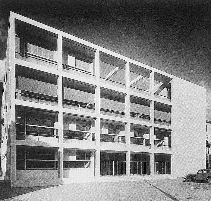 """Casa del Fascio en Como (Italia, 1932-36). // Giuseppe Terragni (Italia, 1904-1943). También llamada Palazzo Terragni es una obra de arquitectura racionalista creada para albergar la sede del Partido Fascista de Como. Destacada por la armónica disposición de los elementos que la constituyen. La edificación ha sido considerada """"como la aportación más destacada de Italia al Movimiento Moderno""""."""