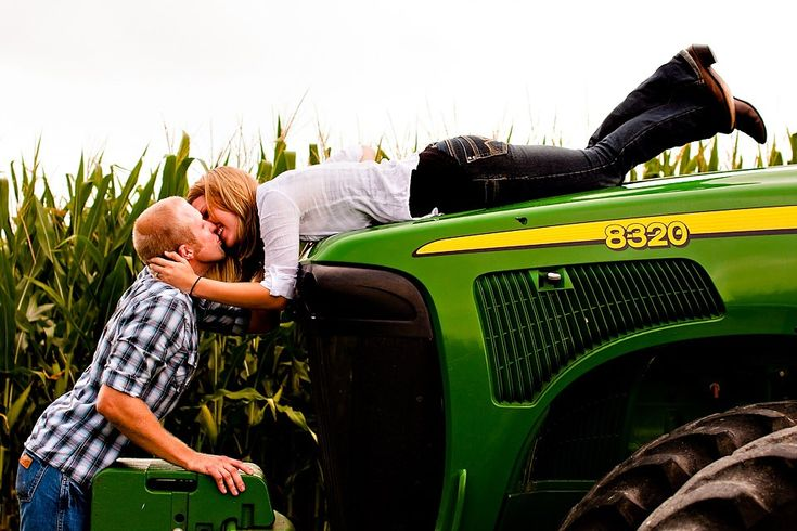 love, love love.: Pictures Ideas, Big Green, Engagement Pictures, Green Tractors, Engagement Photo, Photo Ideas, John Deer, Engagement Pics, Country Life