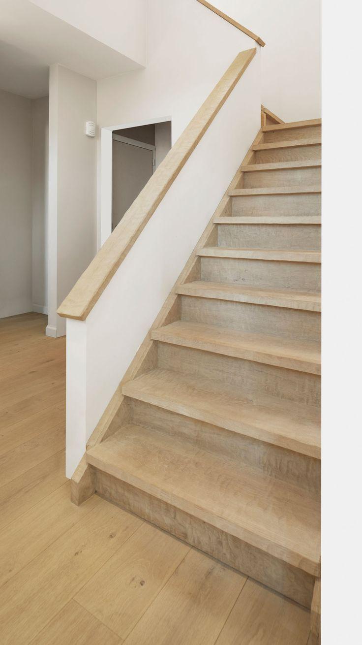 Betonnen trap bekleed met eiken treden en tegentreden.