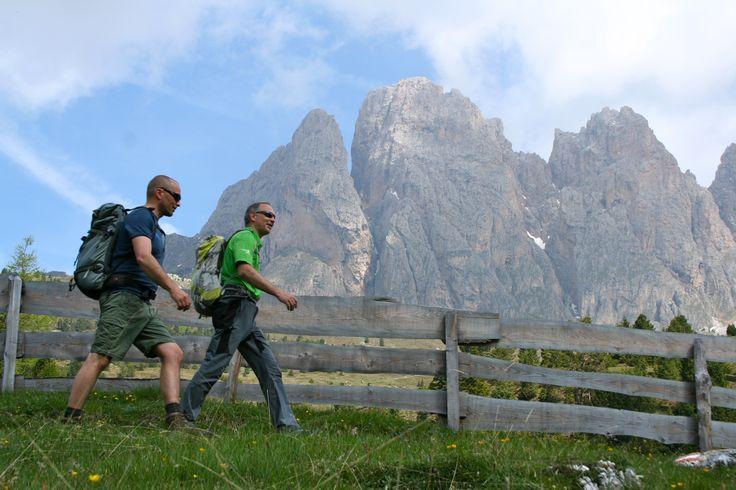 Wandelen in de natuur van de imposante Dolomieten, Val Gardena.