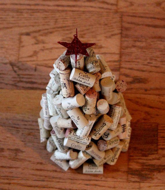 BOUCHONS EN LIÈGE RECYCLÉ, UPCYCLED ARBRE DE NOËL *** Cet arbre de Noël de Liège vin est fait avec des bouchons de vin assortis, tous ont été recyclés et upcycled dans ce bel arbre de Noël. Un arbre de Noël parfait pour nimporte quel dessus de table. Chaque bouchon est collée à la mousse de polystyrène à la main. Une étoile de Noël rouge paillettes 3 D Orne cet arbre. Larbre est de 15 pouces de hauteur x 8 pouces de larges à la base *** Merci pour SHOPPING MY STORE ***