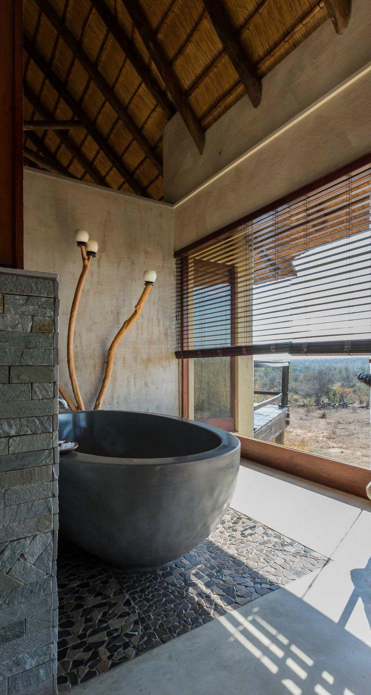 Conheça o Makumu Private Game Lodge, um luxuoso e exclusivo lodge sem cercas, com uma vista espetacular, na reserva privada Klaserie, parte do Greater Kruger, na África do Sul.  Uma experiência única de safári na África do Sul.