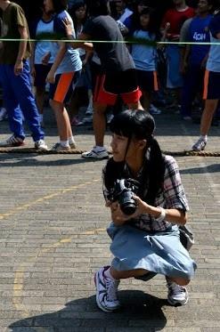 """""""Selamat Hari Sumpah Pemuda""""      Ayo generasi muda kita bangun negara indonesia agar menjadi lebih baik ^^    Mulailah dari hal yang kecil, seperti belajar tekun d sekolah, menjaga kebersihan dan bekerja yang giat untuk membagun Negri ini ^^    Oh iya ini ada foto aku pas lagi dokumentasiin kegiatan d sekolah waktu 17an ^_^   Aku lagi fotoin peserta yang tarik tambang :D"""