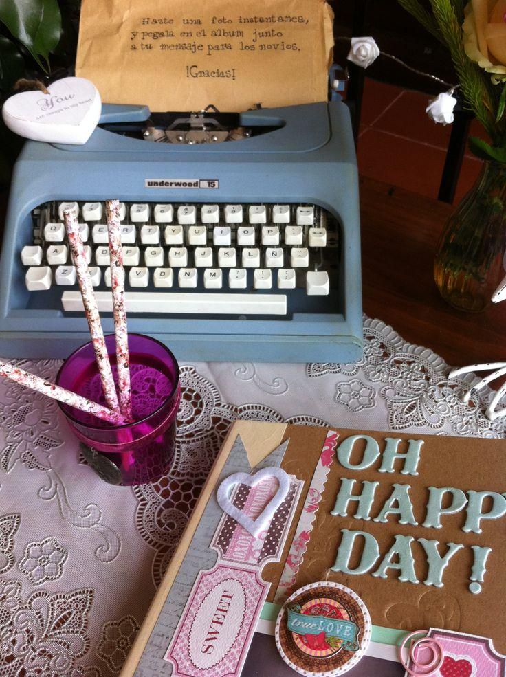 Un rincón especial: libro de fotos y dedicatorias de scrapbooking en una boda de Emotiva.