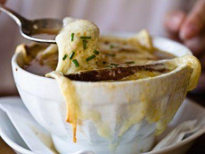 Receta de La mejor sopa de cebolla | Sopa de cebolla con tomillo gratinada con queso gruyere. Una de las mejores recetas de sopa de cebolla que he probado!