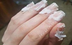 Frottez un peu de bicarbonate de soude sur vos ongles et regardez ce qui se passe!