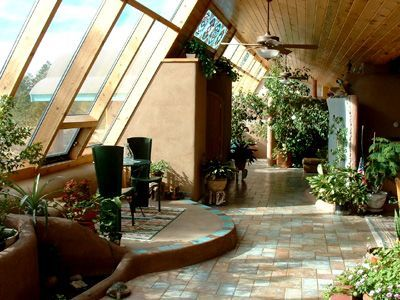 Façade vitrée inclinée pour capter au mieux le soleil hivernal