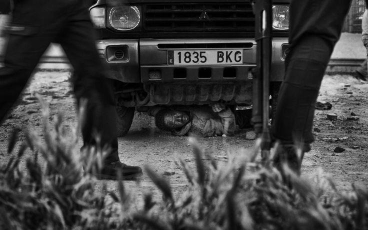 Un inmigrante se esconde de la Guardia Civil, en Milia, África. Foto de Gianfranco Tripodo via WPP