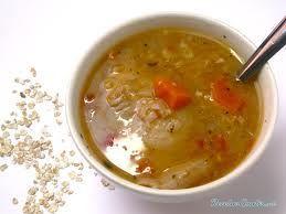 Aprende a preparar sopa avena con esta rica y fácil receta. Picar finamente el ajo y la cebolla, hacer un refrito con achiote, agregar la carne cortada en cubos....