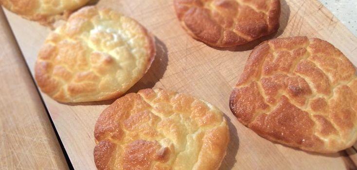 小麦粉をまったく使用せず、卵、クリームチーズ(またはカッテージチーズ)だけでつくるクラウド・ブレッドのつくり方 […]