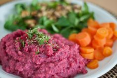 Rote-Beete-Kartoffel-Püree mit Möhrengemüse Zubereitungszeit: 25 min. Zutaten: (für zwei Portionen) - 500g Kartoffeln - 250g gekochte rote B...