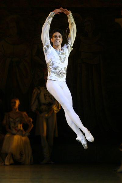 I #Protagonisti - Si diploma nel 2008 alla #Baku School of Dance e, dopo tre anni di esperienza tra il Teatro dell'Opera dell'Azerbaijan Mirza Fatali Akhundov ed il Teatro dell'Opera Ucraino Shevchenko, entra a far parte della Compagnia del #Maiinsky di cui è attualmente solista. Timur #Askerov sarà il #Principe #Sigfried negli spettacoli del 20 e 22 settembre di #LagodeiCigni al #TeatroSanCarlo, in coppia con Ol'ga #Esina.  #AutunnoDanza13   teatrosancarlo.it   #ilPalcoscenicodelMondo