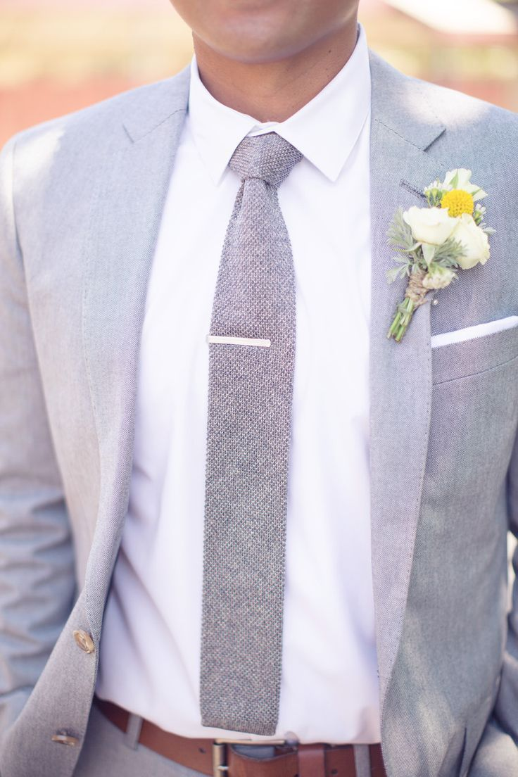 Elegante #traje de #novio en gris claro con boutonniere de flores frescas. Fotografía: thisloveofyours.com