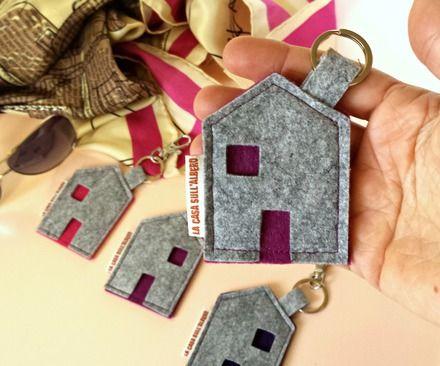 """Questo elegante portachiavi in feltro fa parte della nostra collezione """"Sweet Home"""" che raccoglie una piccola produzione di oggetti per la casa e la persona, tutti fatti a mano.   - 16985856"""