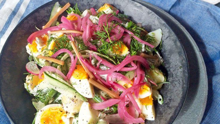 Potetsalat med egg, syltet rødløk og rabarbra