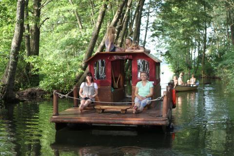 Floßtour in der #Feldberger #Seenlandschaft - wie bei Tom Sawyer und Huckleberry Finn. Foto: Tom Sawyer Tours #meckpomm #mecklenburg #vorpommern #urlaub #bootsurlaub #seenplatte