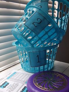 Frisbee golf game using laundry baskets